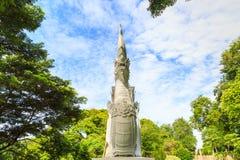 Un re bianco della statua dei Nagas sotto l'albero Fotografia Stock