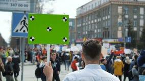 Un rebelde en una revolución grita en un primer del megáfono en la cámara lenta