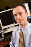 Receptionist maschio caucasico con la cuffia avricolare Fotografia Stock
