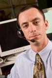 Receptionist maschio caucasico con la cuffia avricolare Immagine Stock Libera da Diritti