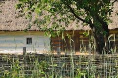 Un recinto di legno di vimini vicino all'ucranino anziano HU Immagini Stock Libere da Diritti