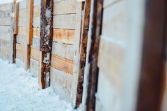 Un recinto fatto dei bordi sotto la neve Immagine Stock
