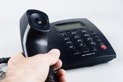 Un reciver de la explotación agrícola de la mano de un teléfono de la línea horizonte Foto de archivo libre de regalías