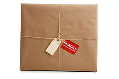 Un rectángulo envuelto en papel marrón con la etiqueta en blanco Imágenes de archivo libres de regalías