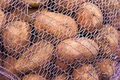 Un red-bolso con las patatas dentro Fotos de archivo