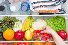 Un refrigerador por completo de la comida sana, dieta mediterránea imagen de archivo