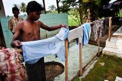 Un refugiado de Rohingya colgaba la ropa en un campamento de refugiados. Imágenes de archivo libres de regalías