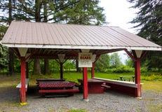 Un refugio cubierto en un camping en Canadá septentrional en el verano Fotografía de archivo libre de regalías