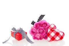 Un regalo con le rose dentellare Immagini Stock Libere da Diritti