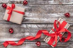 Un regalo de la Navidad, dinero, artículos de Navidad, en un fondo de madera Visión superior fotografía de archivo libre de regalías