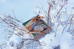 Un regalo de la sorpresa en caja con el arco Foto de archivo libre de regalías