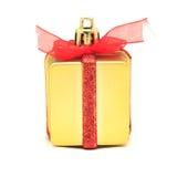 Un regalo dell'oro con un nastro rosso Immagine Stock Libera da Diritti