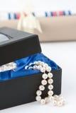 Un regalo delle perle immagini stock