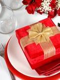 Un regalo di Natale con le rose Fotografie Stock Libere da Diritti