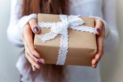 Un regalo en las manos Imagen de archivo libre de regalías