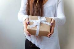 Un regalo en las manos Imágenes de archivo libres de regalías