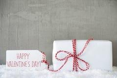 Un regalo, fondo urbano del cemento, manda un SMS a día de tarjetas del día de San Valentín feliz Imagenes de archivo