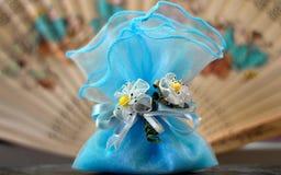 Un regalo hermoso con las flores foto de archivo