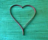 Un regalo para el día del ` s de la tarjeta del día de San Valentín del St - un corazón rojo hermoso del papel fotografía de archivo libre de regalías
