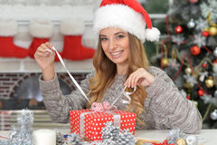 Un regalo para la Navidad Imágenes de archivo libres de regalías