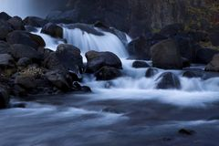 Un regard à une cascade dans la vallée Gjáin Photos libres de droits