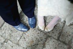 Un regard de ci-dessus sur des chaussures de nouveaux mariés Image libre de droits