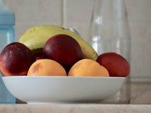 Un regard gentil à un plat de fruit de mélange image stock