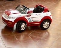 Un regard gentil à une voiture de jouet photos libres de droits