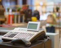 Un registratore di cassa con un lettore di codice a barre nel grande magazzino Fotografie Stock