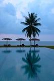Un regroupement d'hôtel ou de ressource au coucher du soleil Images stock