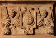 Un relià religioso «f di bas ad una chiesa immagine stock