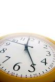 Un reloj analogico momentos antes del extremo del th Imagenes de archivo