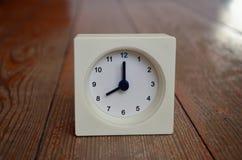 Un reloj blanco que indica el de ocho horas Imágenes de archivo libres de regalías