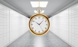 Un reloj de bolsillo del oro en la cadena en un cuarto con las cajas de depósito seguro Un concepto de reloj de bolsillo del oro  Imagen de archivo