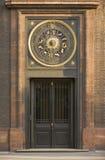 Un reloj del año con las muestras del horóscopo Imagen de archivo libre de regalías