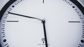Un reloj del defecto con rotaciones anormales de los indicadores - 4 K almacen de video