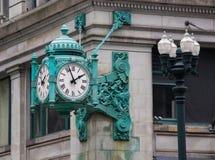 Un reloj famoso en State Street en Chicago foto de archivo