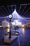 Un reloj retro del estilo y un centro de la ciudad de adornamiento de la tienda de la iluminación en Timisoara Imagenes de archivo