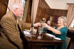 Un repas plus ancien de célébration de couples Photo libre de droits