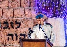 Un representante del ejército pronunciar un discurso en honor de los que murieron en la ceremonia en el sitio conmemorativo al ca Fotos de archivo libres de regalías