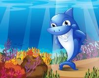 Un requin bleu effrayant sous la mer illustration libre de droits