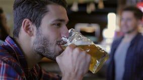 Un respiro di lager fresca stock footage