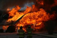 Un resplandor intenso, fuego dramático de la casa imagen de archivo
