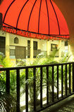 Un restaurant avec le roofage rouge et les plantes vertes Photo libre de droits