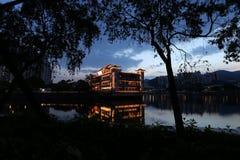 Un restaurant chinois de flottement de bateau, se reposant sur une rivière de réclamation en Shatin Hong Kong Photos libres de droits