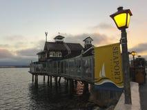 Un restaurant dans le village de port maritime au crépuscule photos stock