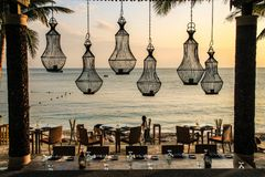 Un restaurant de luxe de bord de la mer le soir image libre de droits