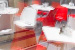 Un restaurant intérieur reflété dans l'image d'abrégé sur fenêtre Image libre de droits