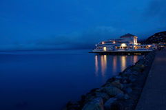 Un restaurant par la mer au coucher du soleil Images stock