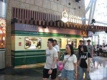 Un restaurante dentro del centro comercial del lugar de Langham, Mong Kok, Hong Kong foto de archivo libre de regalías